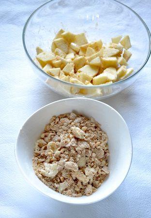 Accendete il forno a 180 gradi. Prima di iniziare con i tortini, preparate la copertura: Tritate grossolanamente le nocciole; versate 50 gr di farina in una ciotola, unite la Vallé… naturalmente e sfregate con le dita in modo da formare grosse briciole, mescolate con le nocciole, con un cucchaino di cannella e 25 gr di zucchero; mettete in frigo. Sbucciate la mela, tagliatela a piccoli pezzetti e mescolate con 25 gr di zucchero di canna, un cucchiaino di cannella e  un cucchiaio di farina. Mettete da parte