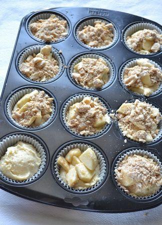 Foderate uno stampo da 12 muffins con pirottini di carta. Dividete l'impasto negli stampini. Versate un cucchiaio di composto di mela su ogni tortino, poi coprite con il composto croccante alle nocciole e infornate per 25 minuti circa