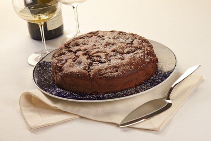Lasciala raffreddare un po' prima di sformarla e servila spolverizzata di zucchero a velo. Buona torta da Vallé ♥