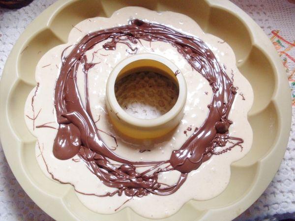 versare metà composto nello stampo, fare uno strato con la crema di nocciola, coprire col restante impasto e concludere con un altro strato di crema di nocciola.