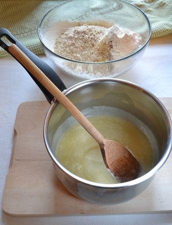 Versate il miele e la Vallé +Burro in un pentolino dal fondo pesante e fate scaldare a fuoco dolce, mescolando spesso. Quando la Vallé+Burro si è sciolta, spegnete e lasciate raffreddare un po'. Tritate le mandorle nel mixer. In una ciotola capiente, mescolate farina, lievito, mandorle tritate e spezie