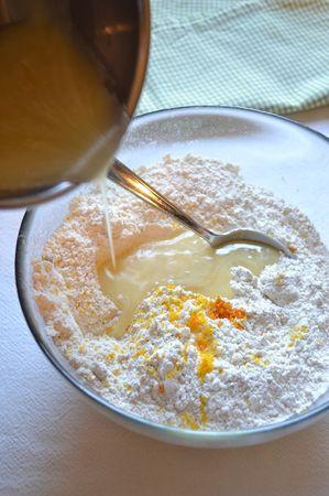 Unite la scorza d'arancia grattugiata alla farina, poi versate il miele misto a margarina  e mescolate bene (all'inizio con un cucchiaio, successivamente con le mani- potete impastare direttamente nella ciotola)