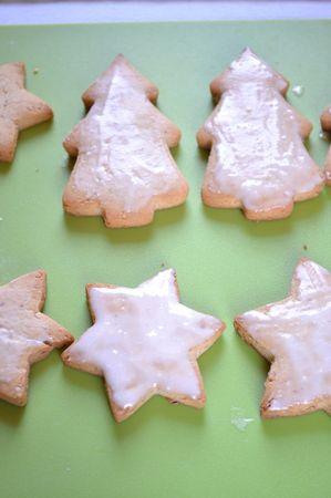 Una volta sfornati i biscotti, aspettate 10-15 minuti prima di toccarli; poi staccateli con delicatezza dalla placca e metteteli a raffreddare sulla gratella. Se desiderate glassarli, spremete l'arancia e filtrate il succo. Diluite lo zucchero a velo con tanto succo d'arancia quanto basta a ottenere una glassa non troppo liquida. Glassate i biscotti facendo cadere poca glassa nel centro e allargandola col dorso del cucchiaio, più o meno spessa a seconda dei vostri gusti