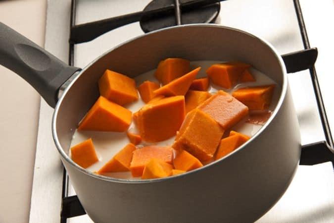 Taglia a pezzi la zucca e falla cuocere nel latte, in un tegame coperto (circa 20 minuti)