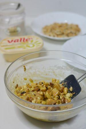aggiungere i fiocchi di farro, lo zucchero, nocciole e biscotti