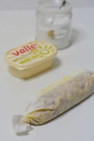 dare al dolce la forma di un salame e arrotolare bene. Tenere in frigo almeno 3 ore