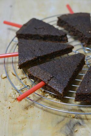 dividere la torta in piccoli triangoli e infilare alla base una cannuccia