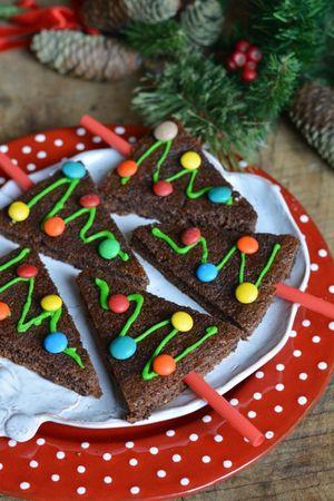 decorare con cioccolato bianco colorato di verde e con dei confettini colorati