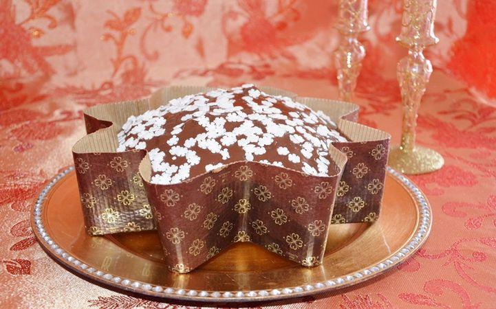Una volta raffreddato sciogliere il cioccolato e versarlo sulla stella, decorare con codette di zucchero a forma di fiocco di neve.