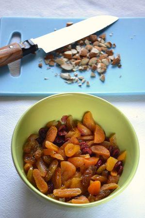 Tagliate la frutta più voluminosa (es. albicocche, datteri, fichi) e i canditi a pezzettoni, unite alla frutta più minuta (es uvetta) e versate in un barattolo. Coprite col succo di clementina o di arancia e lasciate macerare per mezz'ora. Intanto, tritate la frutta secca a parte