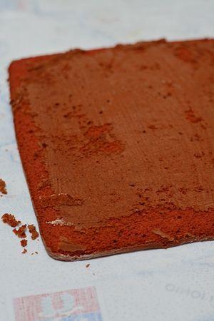 Rotolo red velvet: spolverare con zucchero a velo e lasciare raffreddare