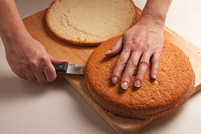 Monta a neve gli albumi e incorporali delicatamente al composto. Versa l'impasto in una tortiera precedentemente unta e infarinata. Passa in forno a 170° per un'ora. Lasciala raffreddare bene. Lava e asciuga le fragole poi tagliale a fettine o a pezzetti. Monta la panna ben fredda con i 4 cucchiai di zucchero tenuti da parte e i semini di cardamomo estratti dalle bacche e ben triturati.