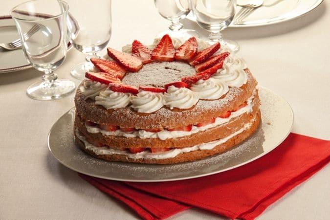 Decora la superficie con lo zucchero a velo, ciuffetti di panna e fragole.Buona torta da Vallé ♥