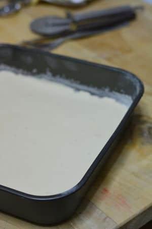 Pan di spagna: montare le uova e lo zucchero e alla fine aggiungere la farina setacciata. Versare in uno stampo quadrato 25x25 ed infornare a 180° per 15min.