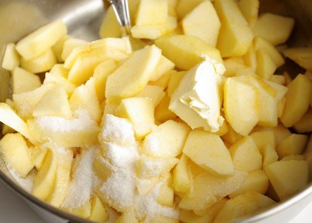 Sbucciare le mele e tagliarle in pezzi piccoli, cuocerle in una pentola con mezzo cucchiaio di Vallé +Burro e 2-3 cucchiaini da tè di zucchero. Mescolare spesso finchè si ammorbidiscono, nel caso asciugassero troppo aggiungere poca acqua. Alla fine comunque devono essere abbastanza asciutte. Farle raffreddare.