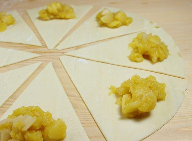 Disporre un cucchiaino circa di mele cotte in ogni parte