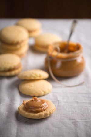 Farcite i biscotti con un cucchiaio di dulce de leche ciascuno e ricoprire con un altro biscotto.