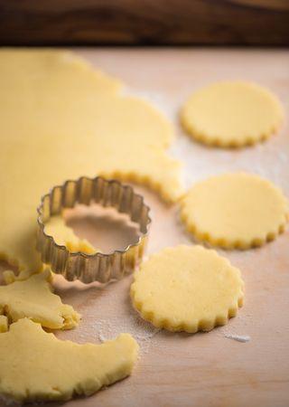Stendere l'impasto in uno spessore di 5 mm e con l'aiuto di un tagliapasta di circa 4 cm di diametro, ricavare dei biscotti che disporrete in una teglia foderata di carta da forno. Tenete in frigorifero 30 minuti.