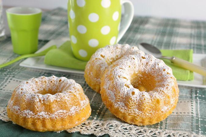 Dividete il composto negli stampini imburrati e cuocete a 170° per 25-30 minuti circa. Sfornate, fate raffreddare su una gratella e poi cospargete di zucchero a velo.