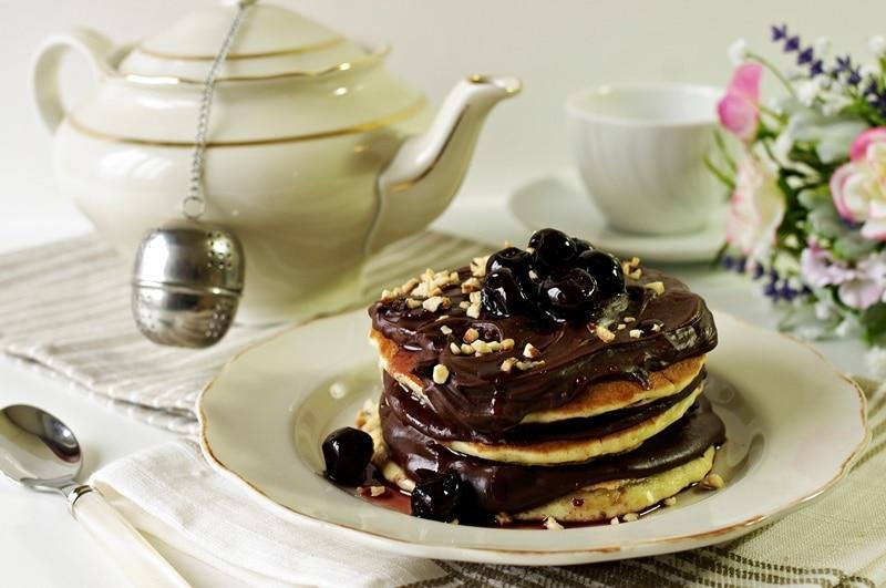Pancakes con crema di cioccolato, amarene e nocciole