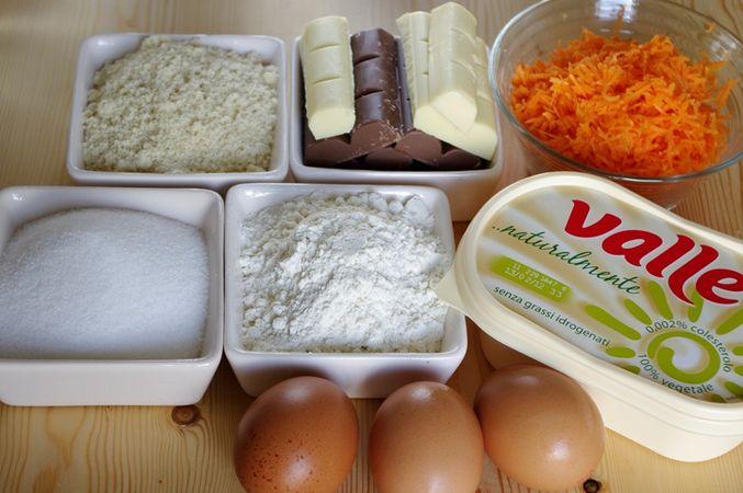 Ingredienti.Tritare il cioccolato. Grattugiare la carota.