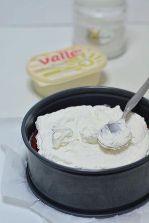 coprire la base con uno strato di crema e poi con uno strato di red velvet