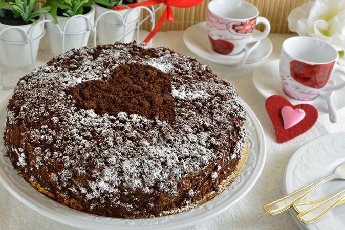 Ritagliate un cuore di carta, mettetelo nel centro della torta, cospargete di zucchero a velo quindi togliete delicatamente lo stampino. Fate questa operazione poco prima di servirla perché lo zucchero verrà assorbito e sparirà il disegno.