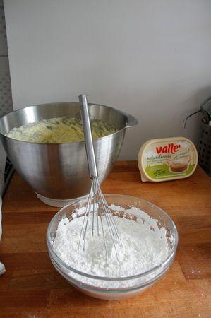Mescolare insieme con una frusta tutti gli ingredienti solidi (farina, fecola, amido di mais, lievito)