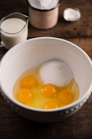 Far sciogliere la margarina a fiamma dolce e tenere da parte. Setacciare la farina con il lievito. In una ciotola lavorare le uova intere con lo zucchero utilizzando una frusta a mano.