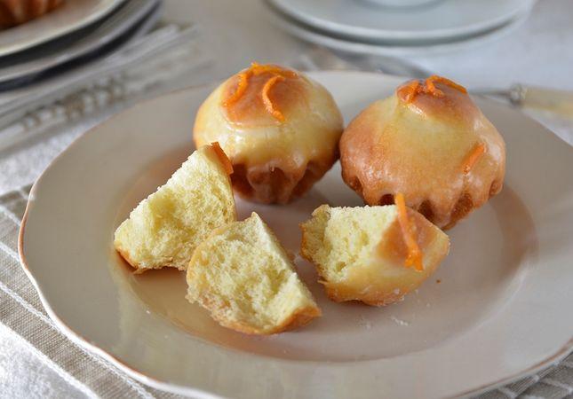 Sfornate, e lasciate raffreddare. Mescolate dello zucchero a velo con succo d'arancia per ottenere una glassa colante. Versatela sulle mini-brioche e lasciate asciugare.