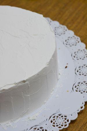 farcire la torta con panna montata e ricoprirla con altra panna montata.