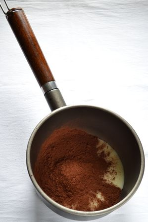 Versate il latte condensato in un pentolino dal fondo spesso. Unite il cacao e la Vallé+Burro