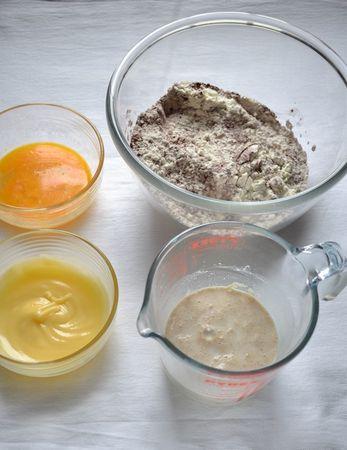 Fate intiepidire appena il latte (non deve essere caldo). Unite il lievito, 2 cucchiai di farina, 1 cucchiaio colmo di zucchero, mescolate, coprite e lasciate riposare per 10 minuti in un luogo riparato. Intanto, fate sciogliere la Vallé a bagnomaria o nel microonde, sbattete leggermente l'uovo e mescolate la rimanente farina, lo zucchero e il cacao in una ciotola larga
