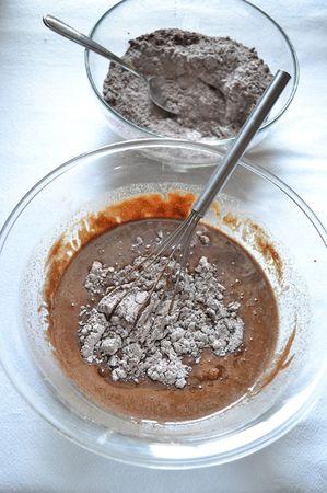 Terminate le uova, unite la birra e mescolate, poi incorporate la farina a 2- 3 cucchiai alla volta, amalgamando bene a ogni aggiunta