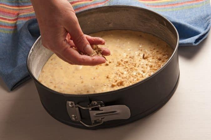 Torta di noci: cospargere il composto con granella di noci