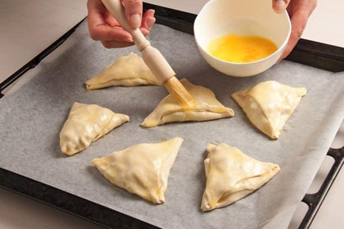 ripiega la pasta sul ripieno in modo da formare un fagottino.