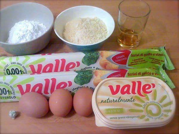 Accendete il forno a 200 gradi. Lavorate la margarina e lo zucchero a velo finché il composto è molto morbido, poi unite due uova, la farina di mandorle e il rum. Amalgamate bene