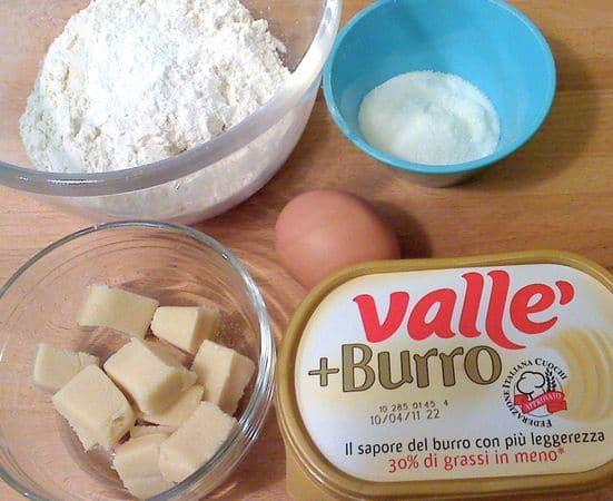 Tritate il marzapane nel mixer; lavorate la Vallé+Burro con lo zucchero finché il composto è molto morbido