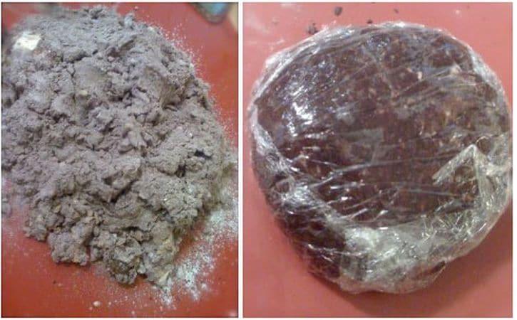 Setacciate la farina, il cacao, la fecola e il lievito sulla spianatoia. Praticate un buco nel centro e unite la scorza e il succo d'arancia, gli albumi, le mandorle tritate (non troppo fini) e la margarina ammorbidita. Impastate fino ad amalgamare bene il tutto (aggiungete poco latte se il composto è secco), poi avvolgete con pellicola trasparente e mettete in frigo per un'ora e ½