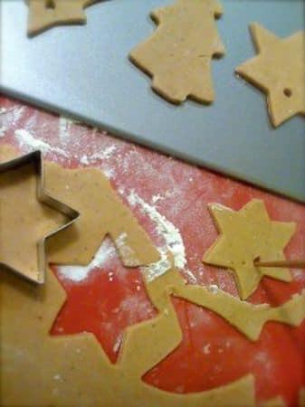 Per decorare, mescolate lo zucchero a velo con l'acqua e glassate i biscotti: potete glassarli completamente o passare solo sui bordi aiutandovi con un sac-à-poche con beccuccio piccolo e liscio. Se volete, aggiungete le palline argentate e lasciate seccare la glassa per 4-5 ore