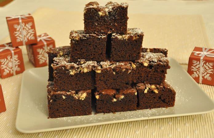 """Infornate per 25-30 minuti. Non cuocete troppo, i brownies devono rimanere umidi all'interno perciò quando infilerete uno stecchino non deve uscire del tutto pulito. Fate raffreddare nello stampo, rovesciate su un tagliere e tagliate tanti quadratini di circa 5cm x 5. Per accentuare l'effetto """"nevicata"""", cospargete con zucchero a veloBuon Appetito da Kuri e da Vallé ♥"""