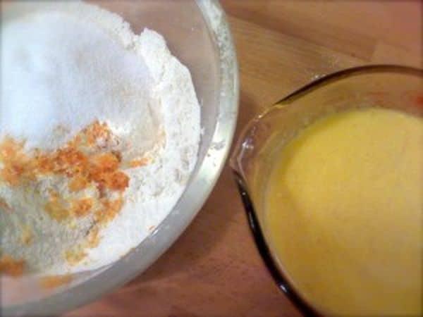 Accendete il forno a 200 gradi; setacciate la farina e il lievito in una ciotola capiente, aggiungete lo zucchero, la scorza degli agrumi mescolate; sciogliete la margarina a bagnomaria e fate raffreddare un pochino. Mescolate il succo delle clementine e dell'arancia allo yogurt, al latte e alle uova sbattute, poi unite la margarina