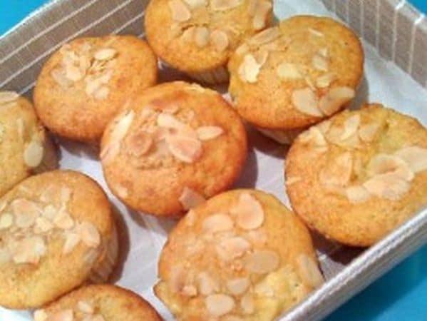 Cospargete ogni muffin con un pizzico di zucchero di canna e qualche lamella di mandorla e infornate per 25 minuti<br /> I muffin sono pronti! Mangiateli tiepidi o freddi e, se non vi servono il giorno stesso,  conservateli in frigo in un contenitore emetico e  consumateli entro 2 giorni (avendo cura di riportarli a temperatura ambiente prima di gustarli)Buon Appetito da Kuri e Vallé ♥