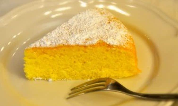 Infornate per 35- 40 minuti (controllate la cottura con uno stecchino che dovrà risultare pulito quando la torta è pronta). Fate raffreddare completamente, sformate, spolverate con abbondante zucchero a velo e servite.