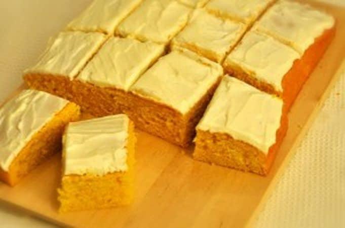Prima di servire, tagliate la torta a quadrottiBuon Appetito da Kuri e da Vallé ♥