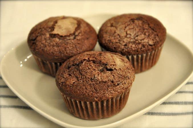 Se volete avere una bella crosticina croccante sui dolcetti, cospargete ogni muffin con un pizzico di zucchero. Infornate per 20 minuti circa. Servite tiepidi o freddi; si conservano per 3 giorni in una scatola a chiusura ermeticaBuon Appetito da Kuri e da Vallé ♥