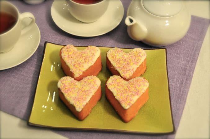 Dividete l'impasto negli stampini di silicone (riempiteli per non più di 2/3) e infornate per 20 minuti. Lasciate raffreddare per 10-15 minuti, sformate, poi lasciate raffreddare completamente sulla griglia per dolci. Quando le tortine sono fredde, tagliate via eventuali parti irregolari e rigonfiamenti. Fate sciogliete il cioccolato a bagnomaria o nel microonde, mescolatelo con lo zucchero a velo setacciato e spalmatelo sulla superficie dei dolci. Cospargete con gli zuccherini e fate seccare per 1 ora almeno