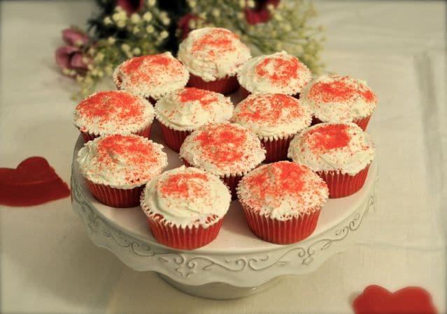 Spolverate con lo zucchero rosso e servite; se preparate i dolci in anticipo, conservate in frigorifero e aspettate l'ultimo momento per decorarli con o zuccheroBuon Appetito da KURI e da Vallé ♥
