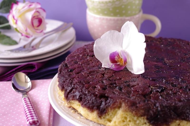 Torta rovesciata di lamponi e fragoline di bosco
