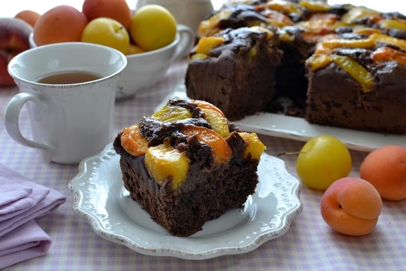 Torta cioccolato e frutta gialla